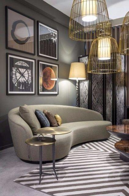 un salon accrocheur avec une sensation rétro et un canapé taupe incurvé, un mur de galerie audacieux et des suspensions en fil d'or