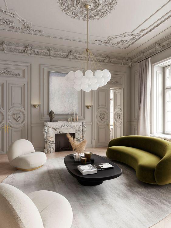 une pièce exquise avec un canapé incurvé vert olive qui ajoute de la couleur et des lignes accrocheuses au salon