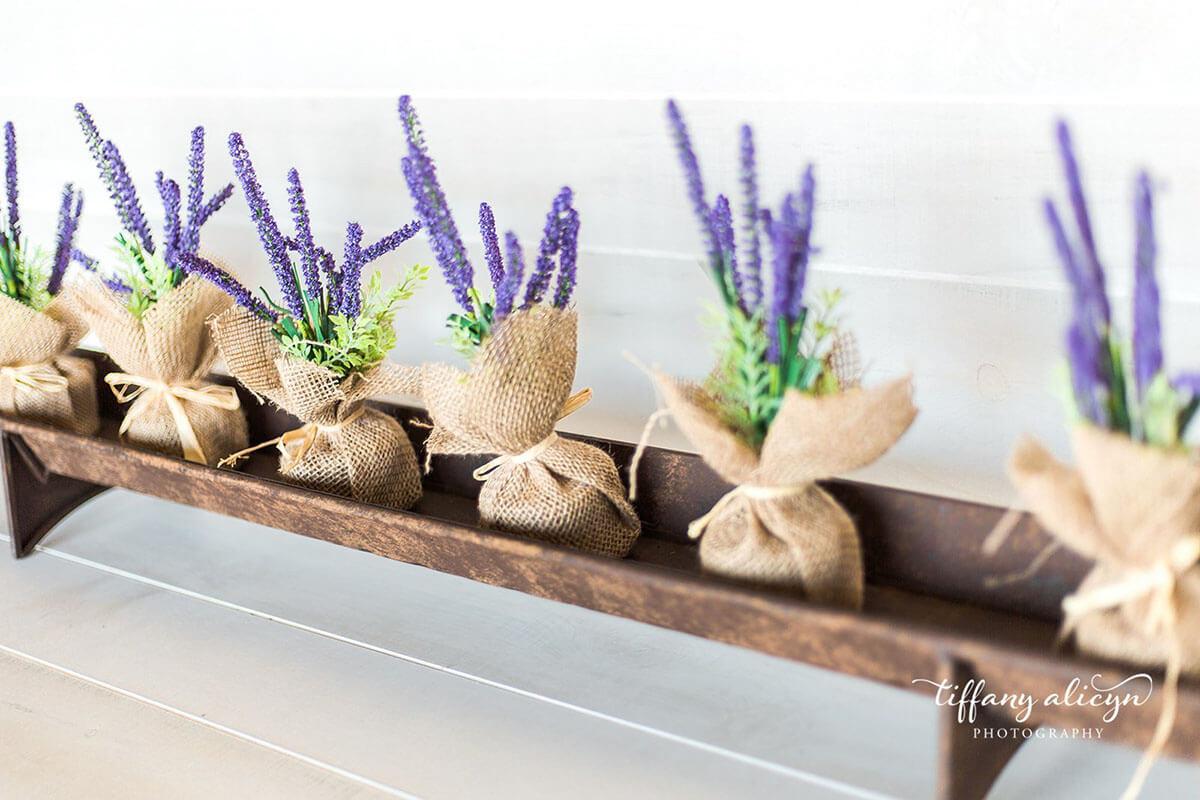 Centre de table floral en toile de jute soignée et rustique