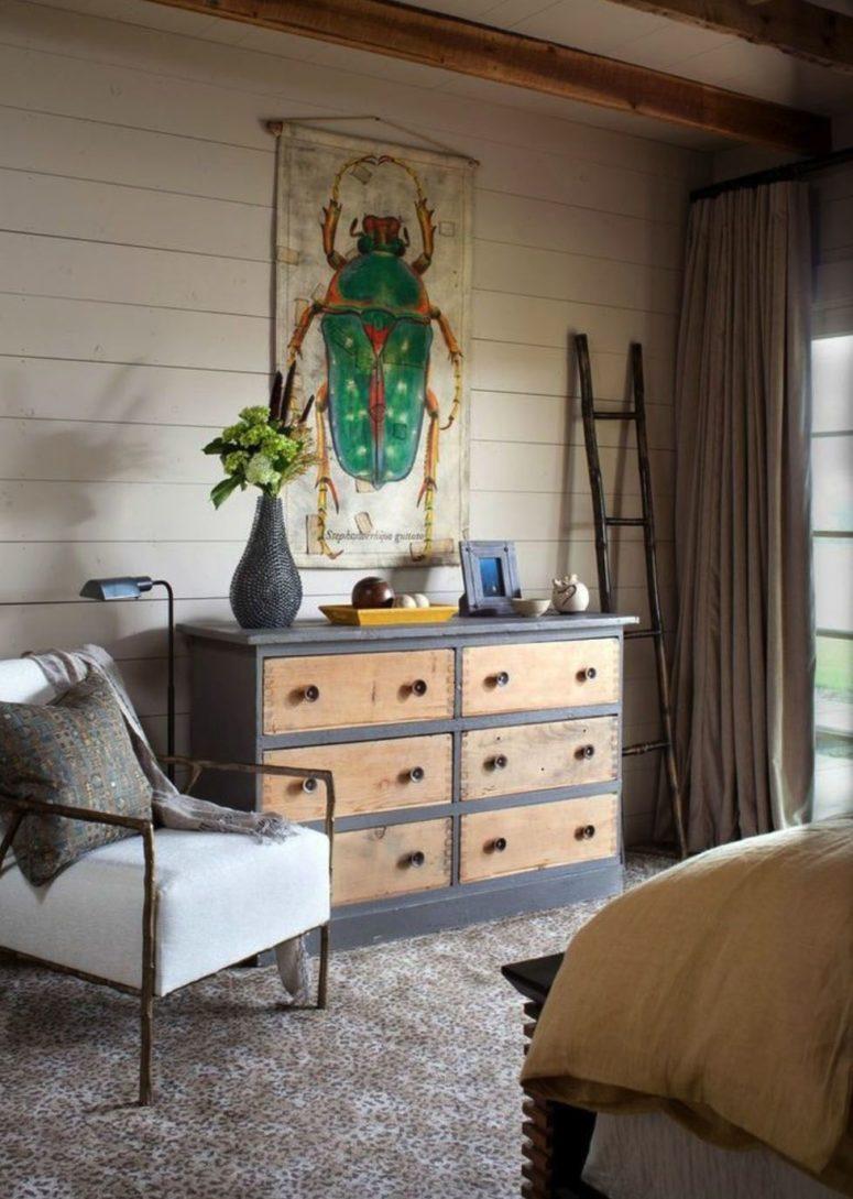 Il y a des œuvres d'art originales, des meubles en métal et en bois accrocheurs, des lampes en métal