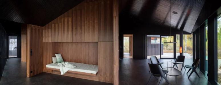 Il n'y a pas de division traditionnelle en espaces et le décor est minimaliste