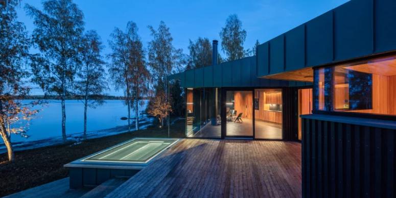 Il y a une grande terrasse et un bain à remous à l'extérieur