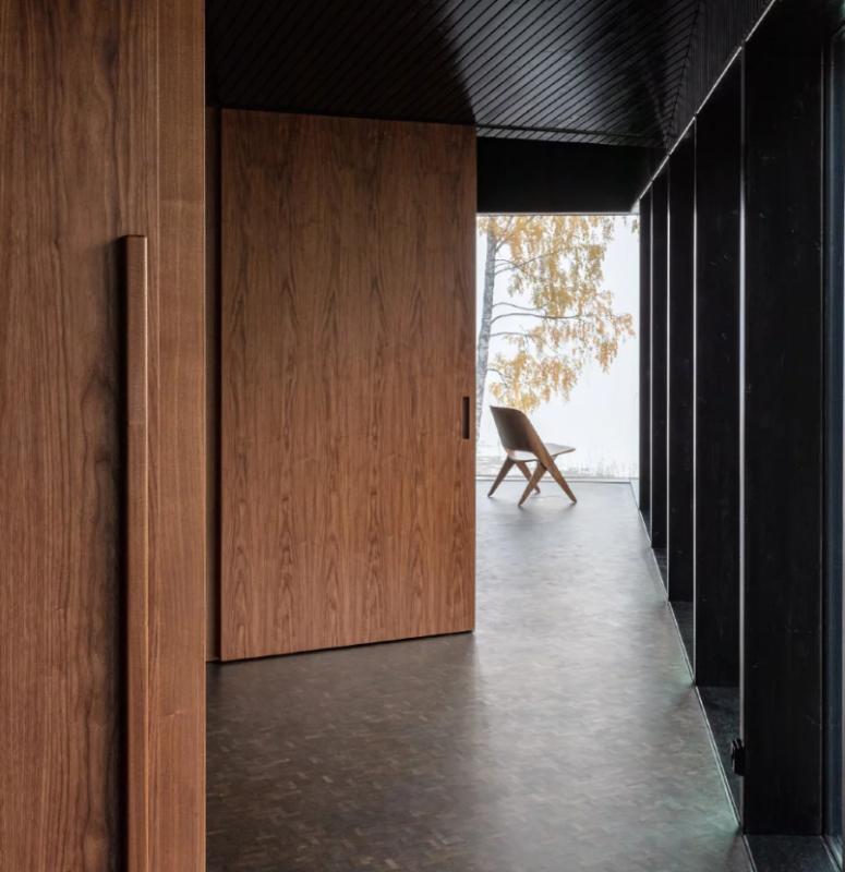 L'utilisation de matériaux à l'intérieur aide la maison à fusionner avec la nature