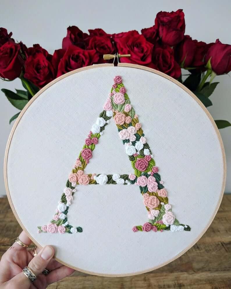Bague Broderie Lettre Floral Rose et Vert sur Lin Blanc