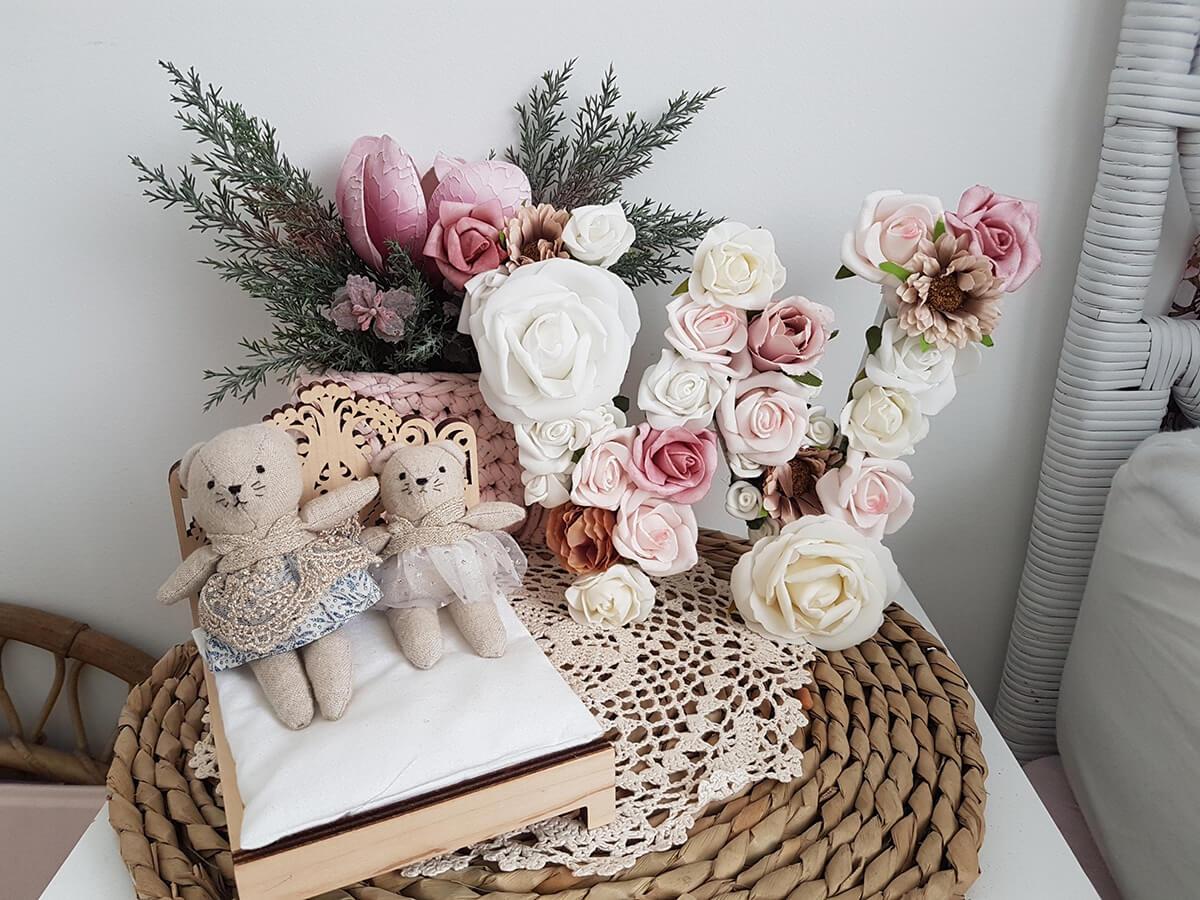 Large ensemble de lettres florales fait maison, affichage seul