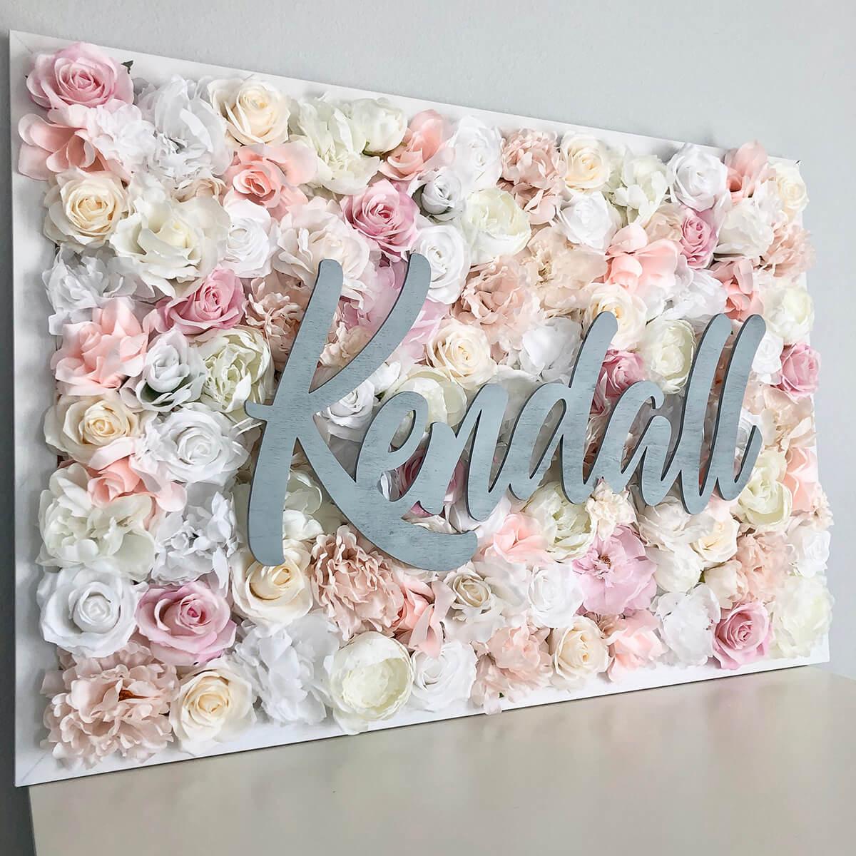 Signe de nom de fond de parterre de fleurs assez rose