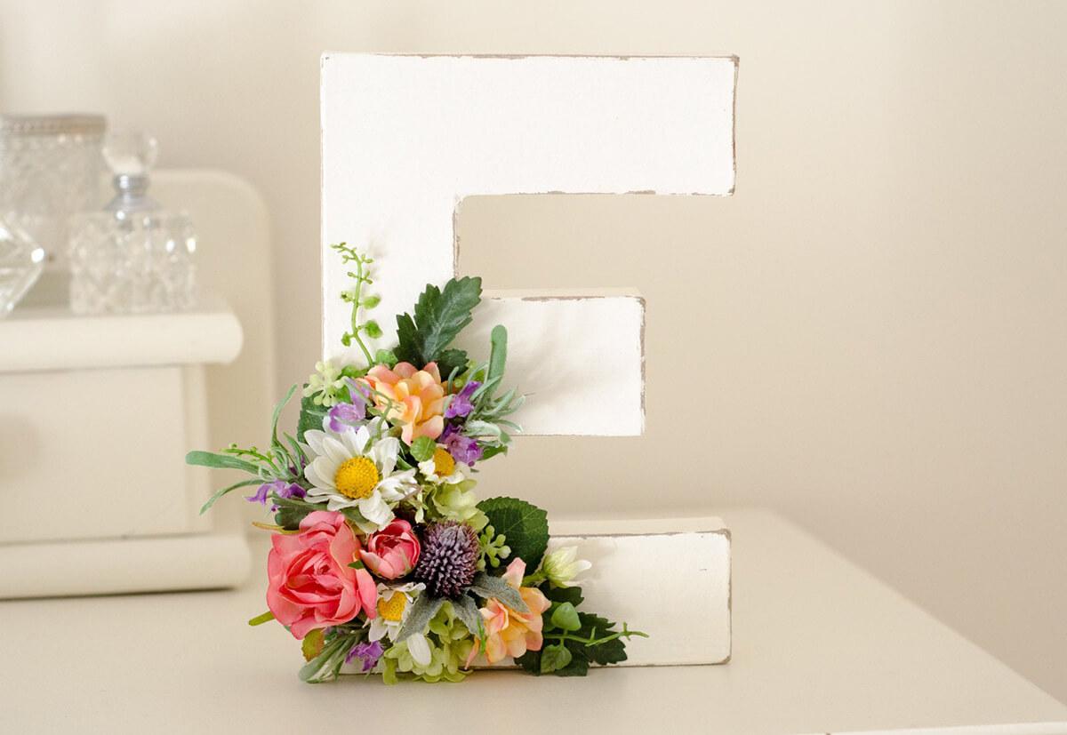 Joyeuses fleurs sur une lettre contemporaine blanche