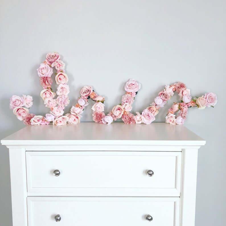 Décoration de lettre florale de pivoines roses et de roses manuscrites