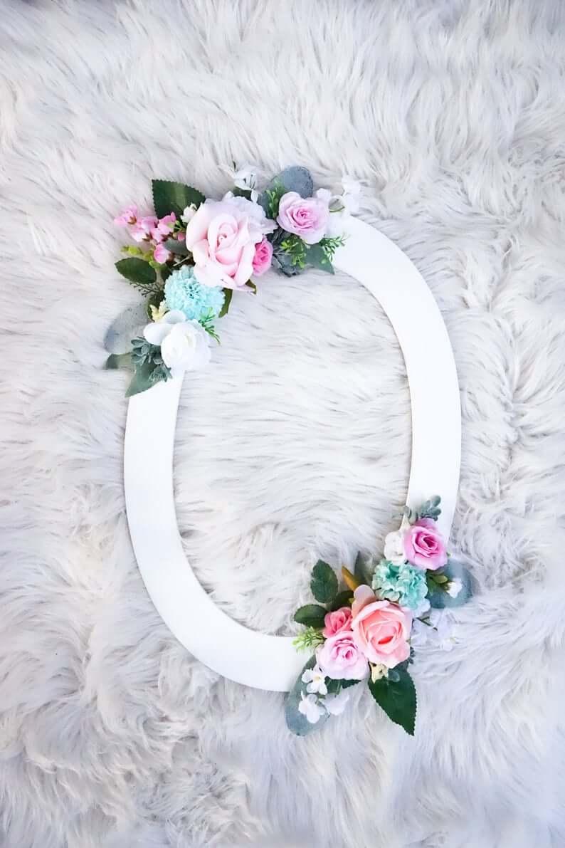 Lettre en bois peint accentuée de grappes florales