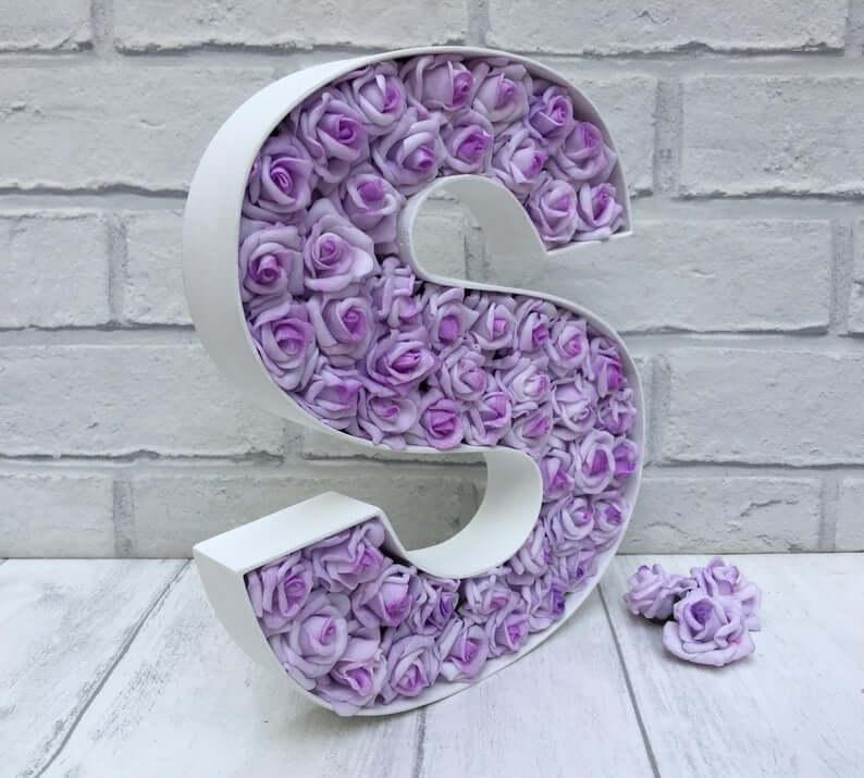 Lettre en métal blanc plein de fleurs de lavande