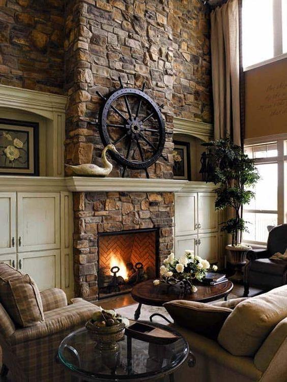 un salon vintage sombre avec une cheminée en pierre, des meubles à carreaux, des plantes en pot et des accessoires élégants