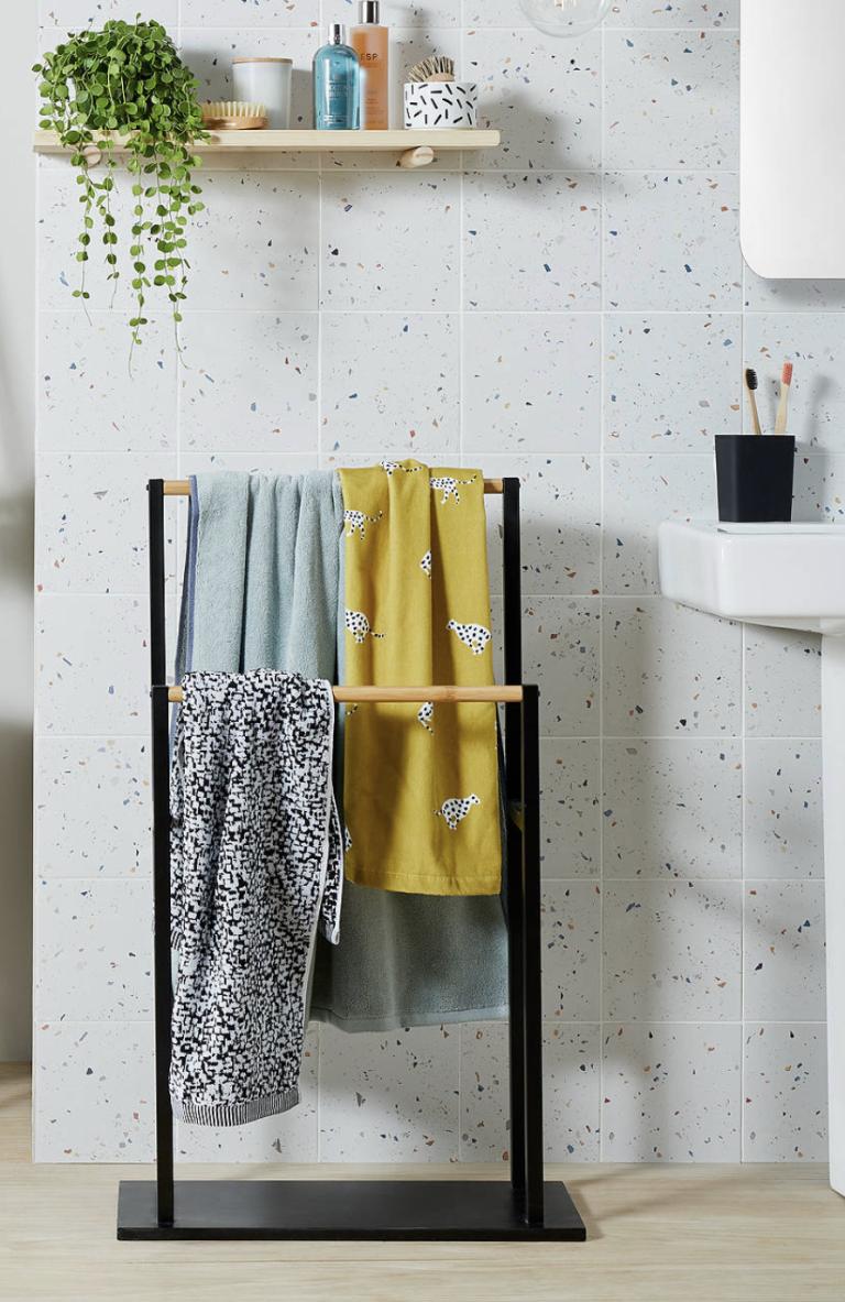 un porte-serviettes autoportant est une belle solution de rangement pour serviettes pour une salle de bain peu encombrante