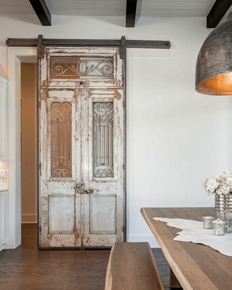 Une porte ancienne avec une construction métallique robuste