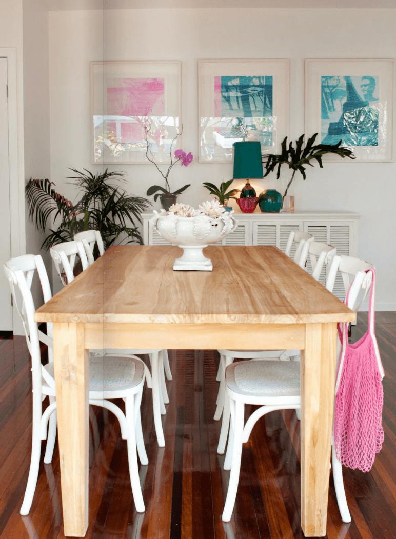 Table en bois classique et plantes tropicales