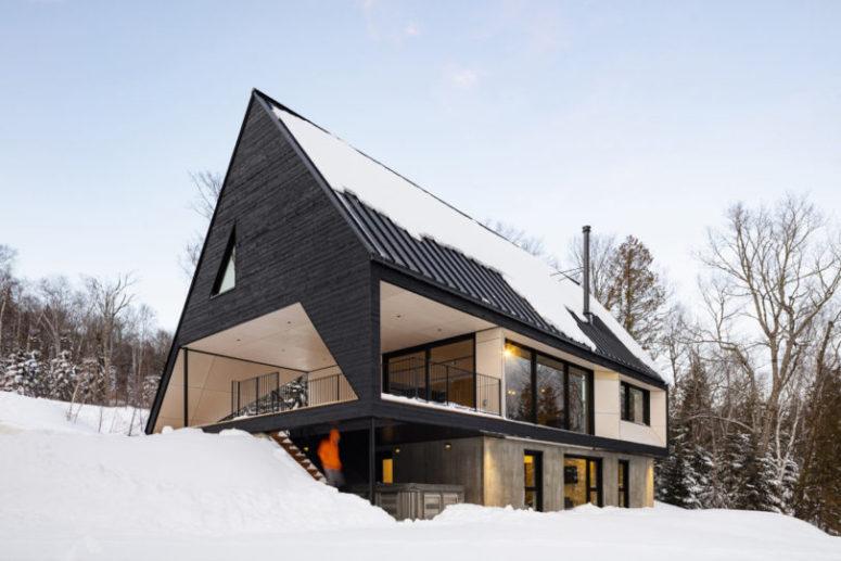 La cabine est triangulaire, avec de grandes fenêtres et un balcon au deuxième étage