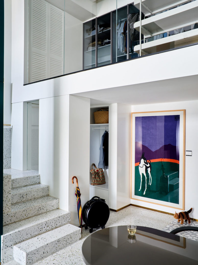 Ce sont deux appartements fusionnés en un, remplis de lumière naturelle et avec des œuvres d'art audacieuses et des meubles à la mode