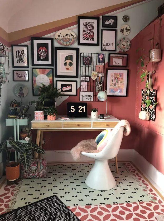 un bureau à domicile maximaliste avec un mur et un plafond en blocs de couleur, un bureau et une chaise sculpturale, un mur de galerie et des plantes en pot