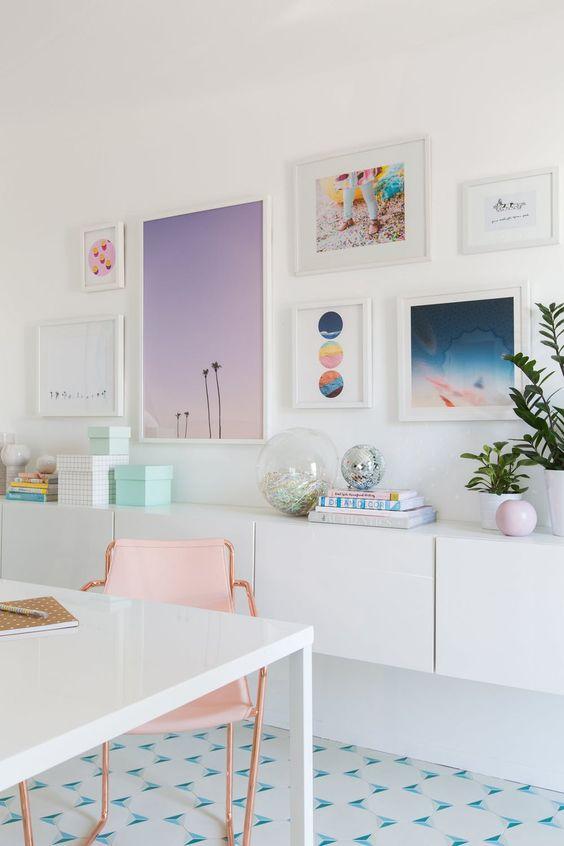 un bureau à domicile avec un mur de galerie joyeux