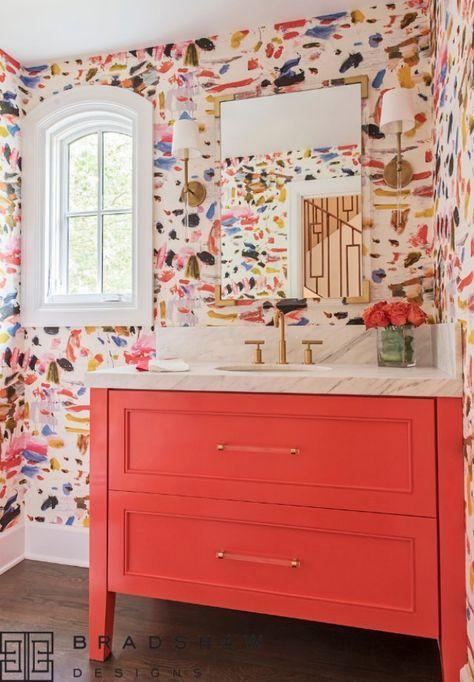 une salle de bain maximaliste avec des murs aquarelles colorés, une vanité rouge, des touches d'or est une idée très raffinée, lumineuse et chic