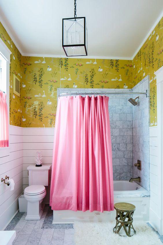 un papier peint imprimé a fière allure dans cette salle de bain