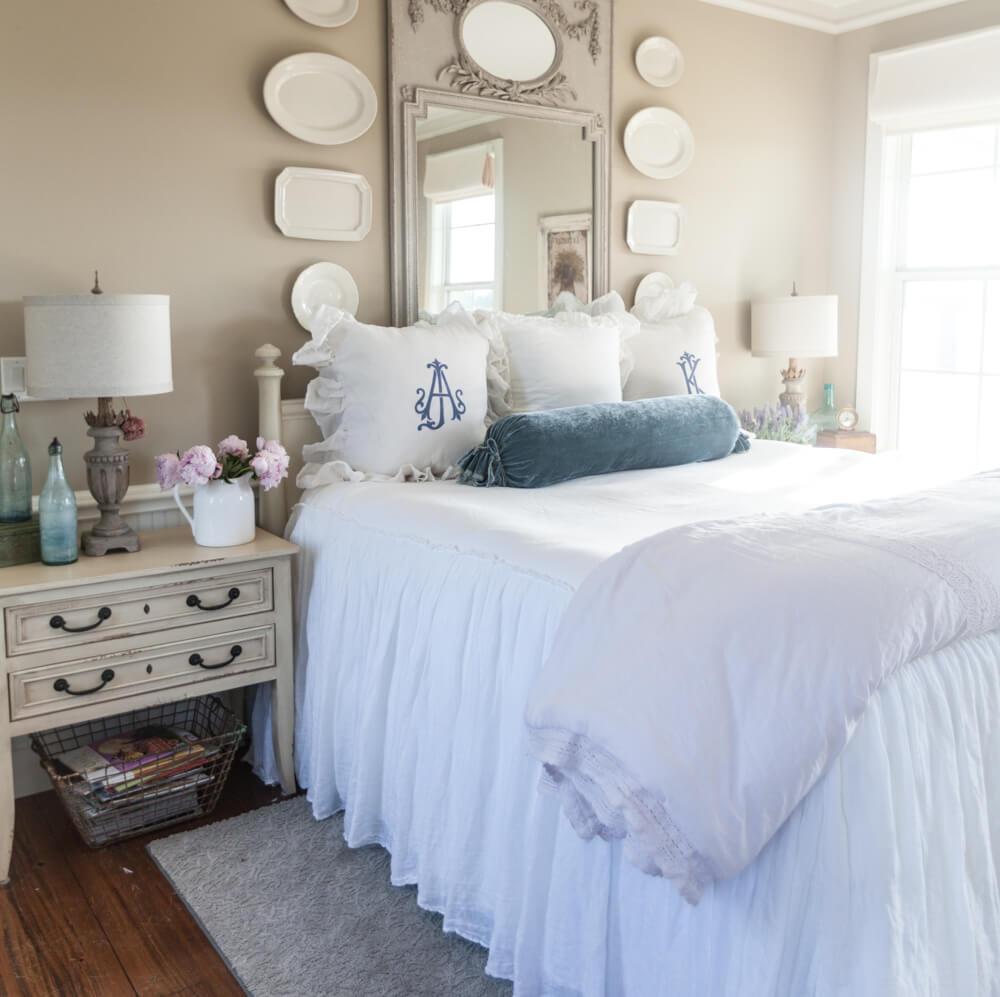 Chambre à coucher contemporaine avec mur de galerie de plaques suspendues