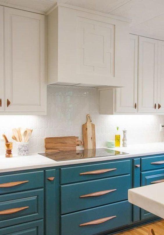 une cuisine blanche et bleu paon est une idée très accrocheuse, des poignées en bois inhabituelles ajoutent à l'espace et le rendent wow