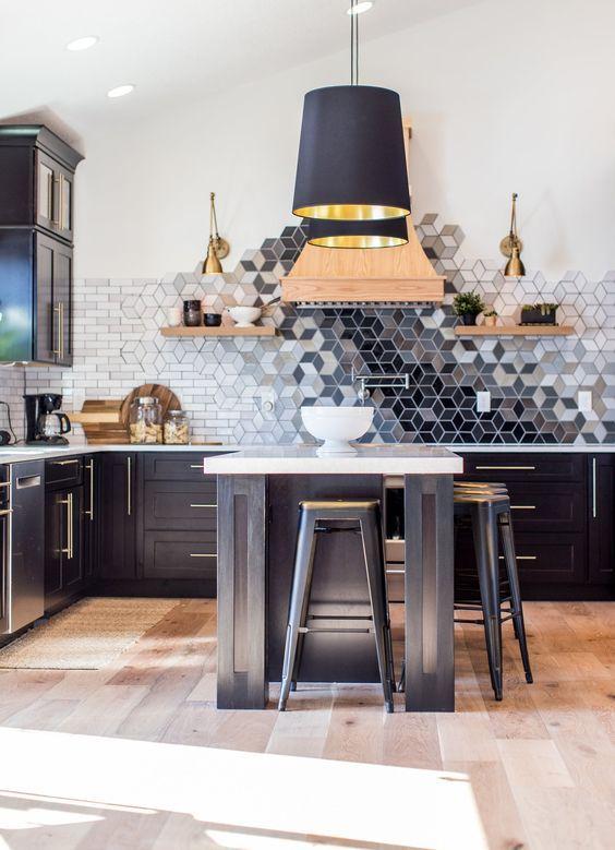 une cuisine noire avec un beau dosseret de carreaux géométriques ombrés qui est un chef-d'œuvre ici