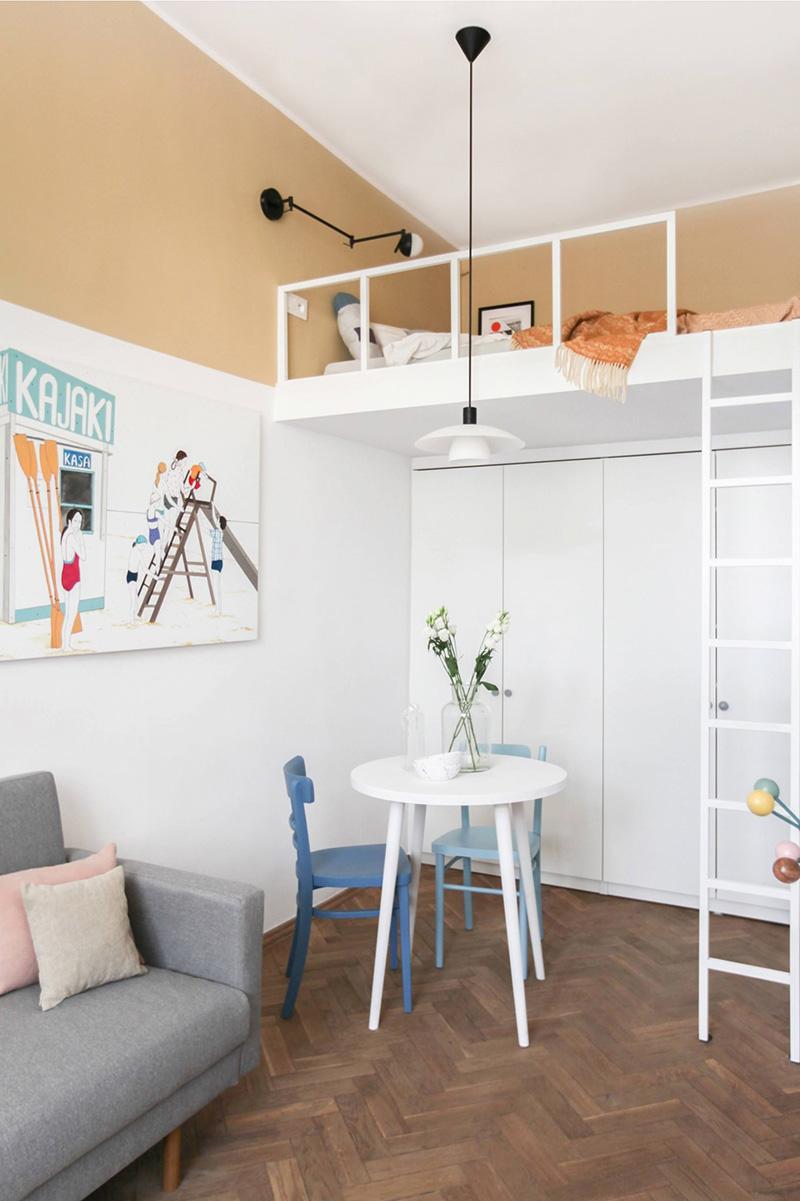 Il y a une petite salle à manger, de hautes armoires et une chambre en mezzanine avec une échelle et des lampes fraîches