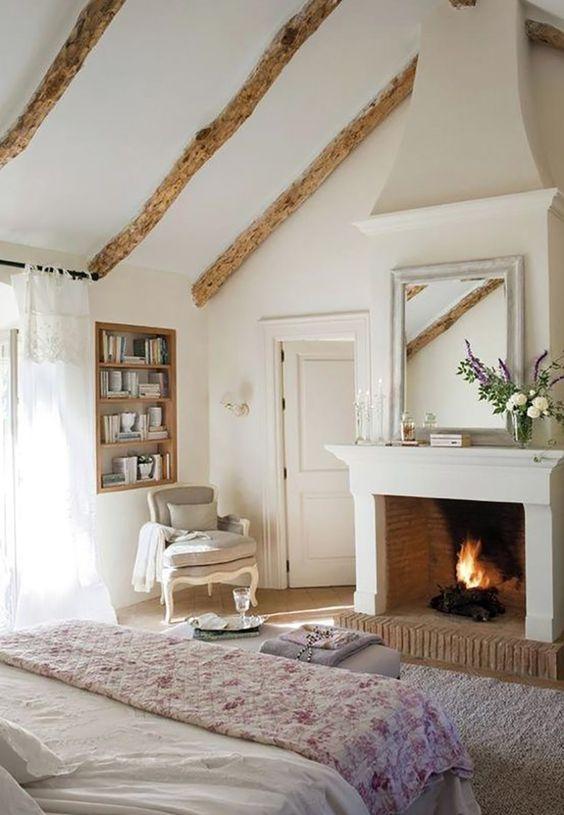 une chambre à la française chic avec poutres en bois, étagères intégrées, mobilier raffiné et cheminée en état de marche