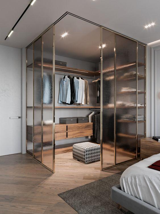 une chambre masculine avec un placard d'angle entouré de verre givré est une idée élégante et très moderne pour basculer