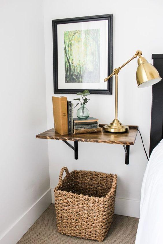 une étagère flottante teintée riche comme table de chevet est une idée confortable et cool pour une chambre à coucher moderne du milieu du siècle