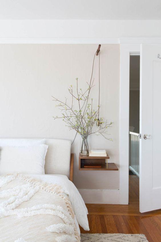 une chambre apaisante et accueillante avec une table de chevet flottante élégante avec un espace de rangement est incroyable