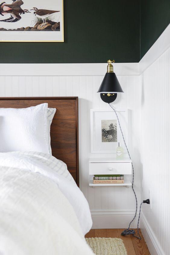 une élégante chambre moderne en noir et blanc, avec de riches meubles teintés et des tables de chevet flottantes fraîches