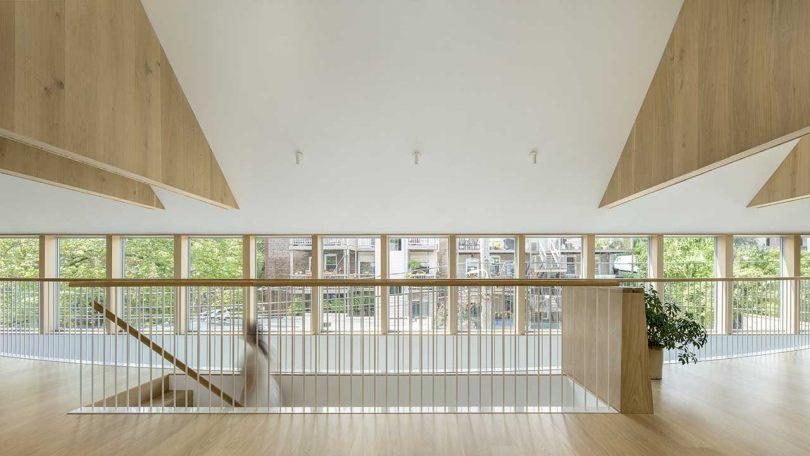 Des fenêtres parsèment la façade remplissant le sol de lumière et donnant quelques vues