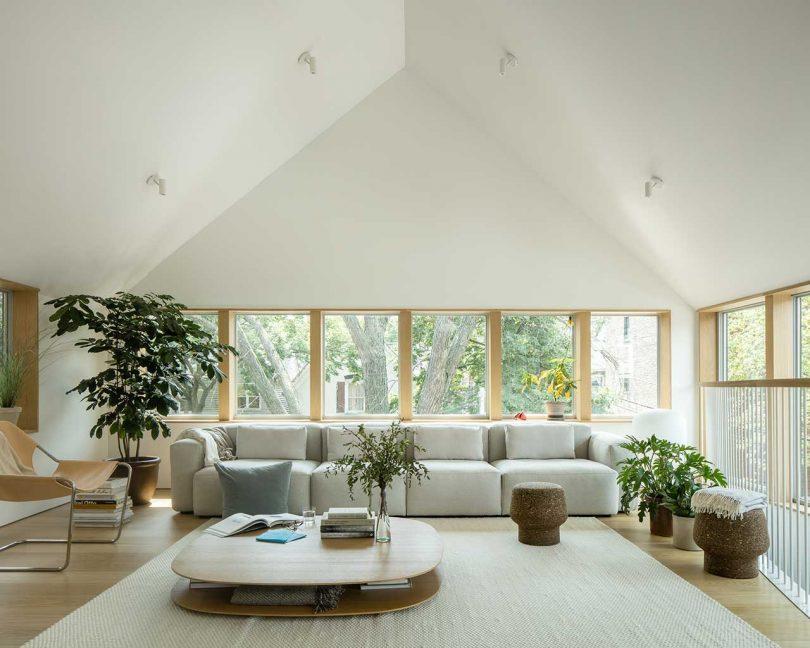 Le salon présente des meubles modernes confortables et cool, une table accrocheuse et des plantes en pot