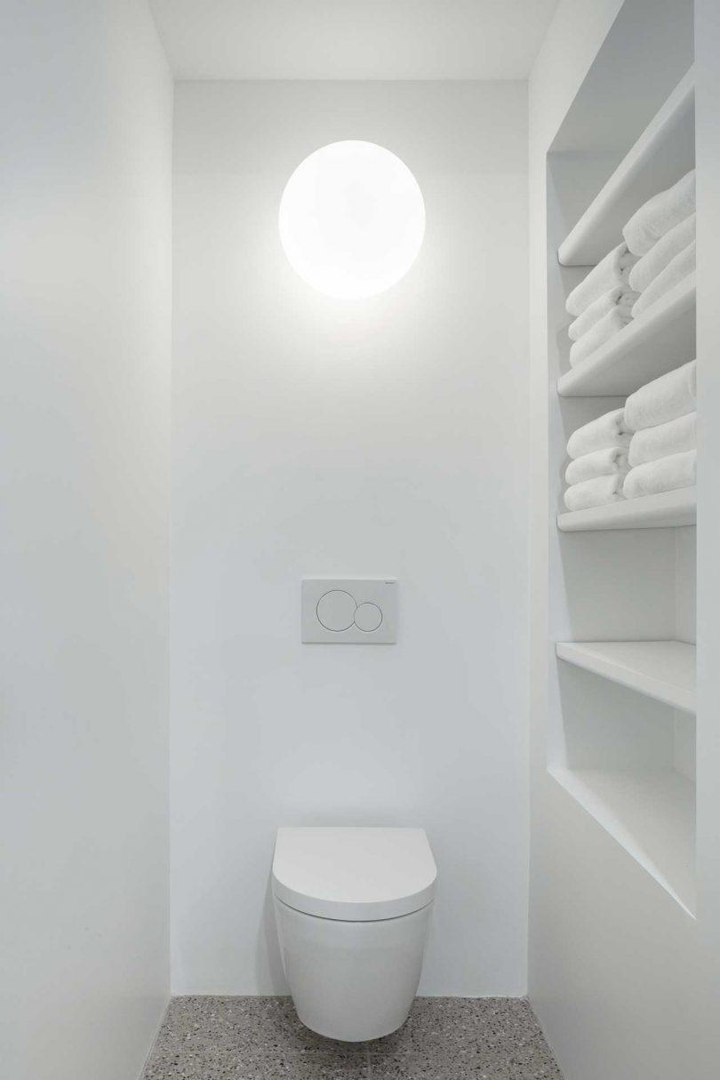 Les étagères ouvertes dans ce petit espace offrent suffisamment d'espace de stockage