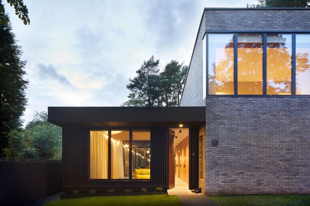 Les façades en briques sont associées à des portions de bois à lattes verticales
