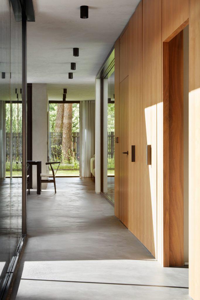 Les meubles en bois sont associés à des sols en béton ciré