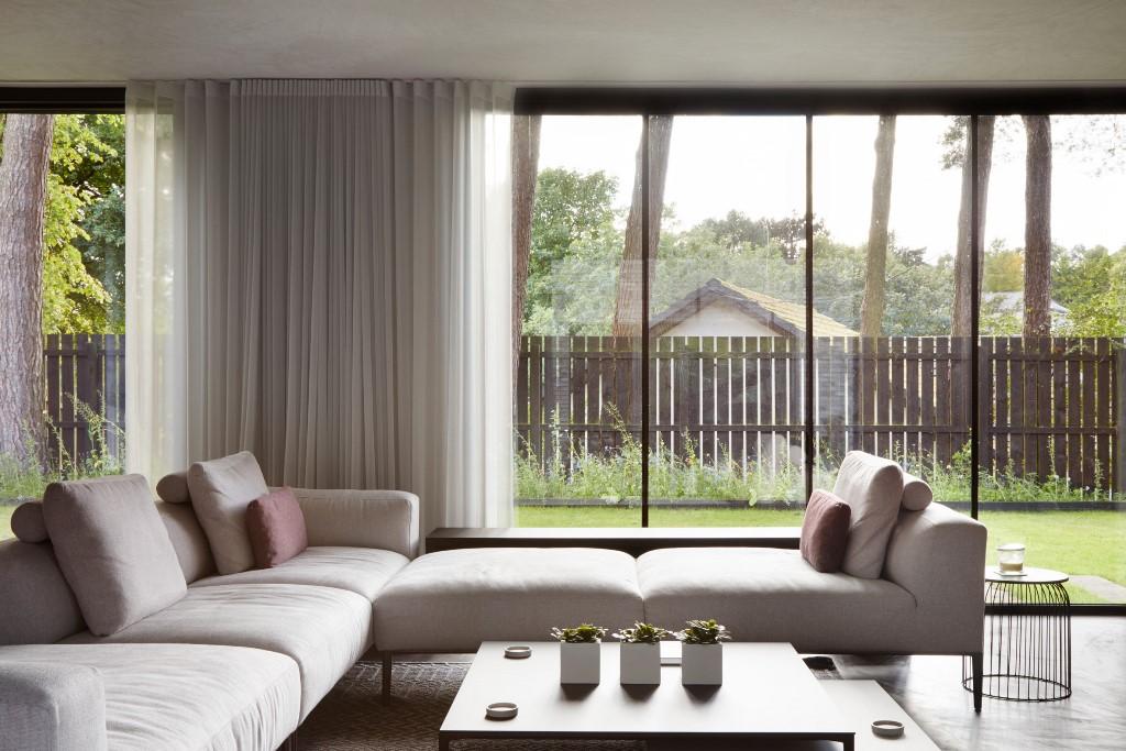 Le mobilier en sourdine aide à rester concentré sur les matériaux de construction et les vues à l'extérieur
