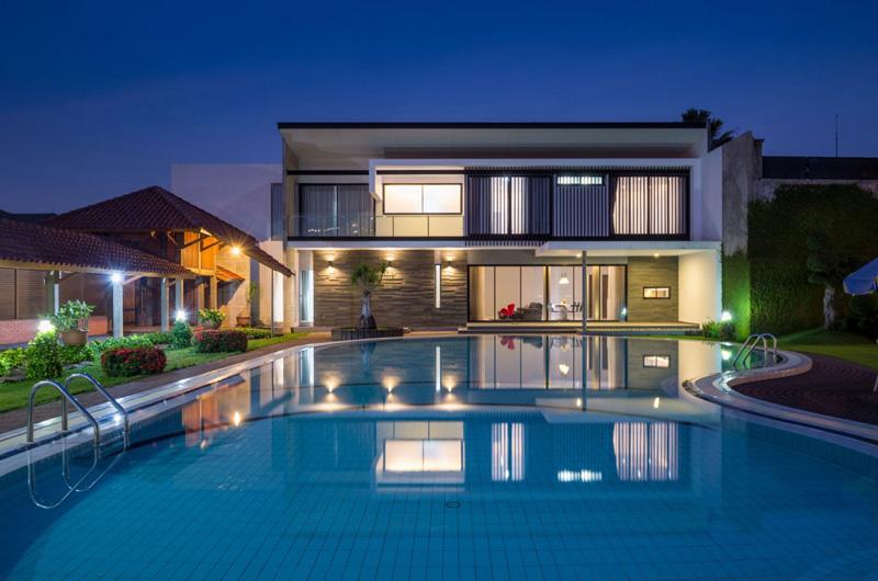 asiatique maison piscine nuit
