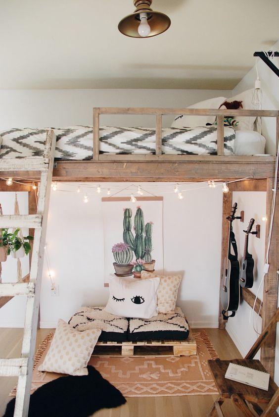 un loft boho moderne avec un petit salon avec des guitares et une chambre en mezzanine plus des lumières et de l'art est très accueillant