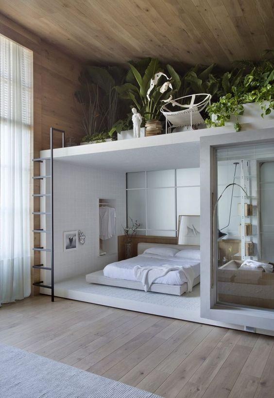 une chambre avec une orangerie loft supplémentaire avec beaucoup de plantes et de livres et une chaise confortable pour s'y asseoir et se détendre
