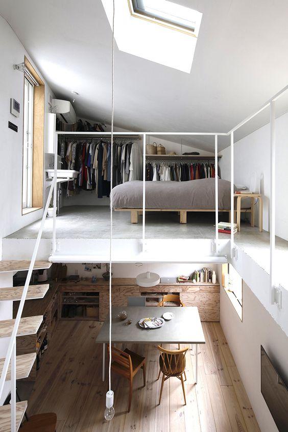 un appartement contemporain avec une chambre en mezzanine et un espace de rangement, avec une fenêtre et un puits de lumière est une solution très moderne