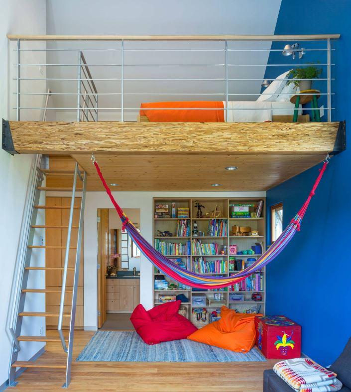 un espace pour enfants coloré avec un niveau inférieur pour lire et simplement se détendre et le niveau supérieur comme chambre