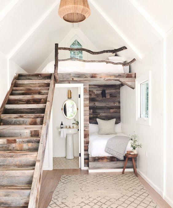 un petit appartement rustique avec deux chambres - une habituelle et une loft, une salle de bain et un joli escalier en bois récupéré