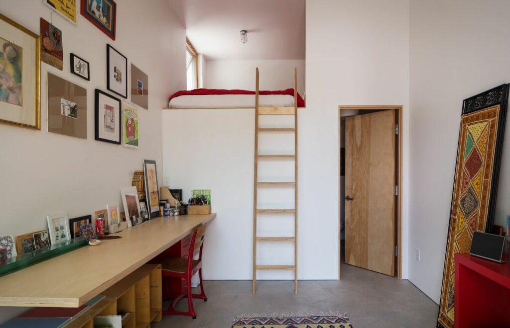 un espace de travail moderne avec un mur de galerie lumineux et une petite chambre en mezzanine résolvent le problème du manque d'espace