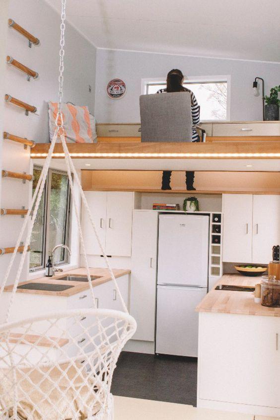un petit appartement contemporain avec une cuisine et un espace de travail en mezzanine au-dessus montre comment utiliser l'espace à son avantage