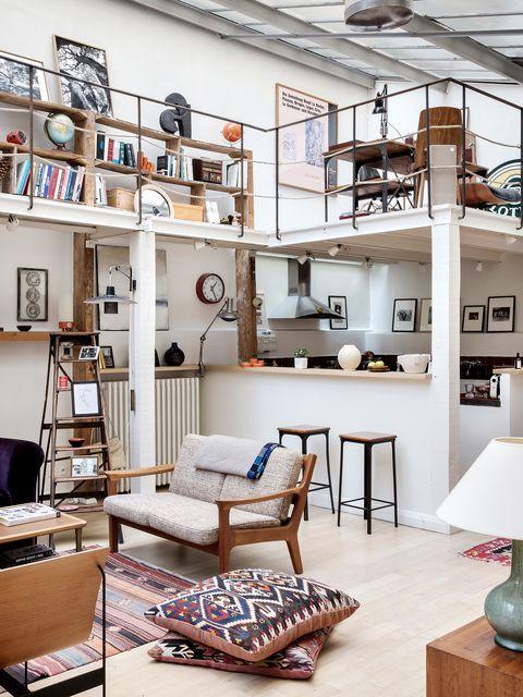 une jolie maison moderne avec une cuisine et un salon et un espace de travail loft et coin lecture avec des touches industrielles en déco