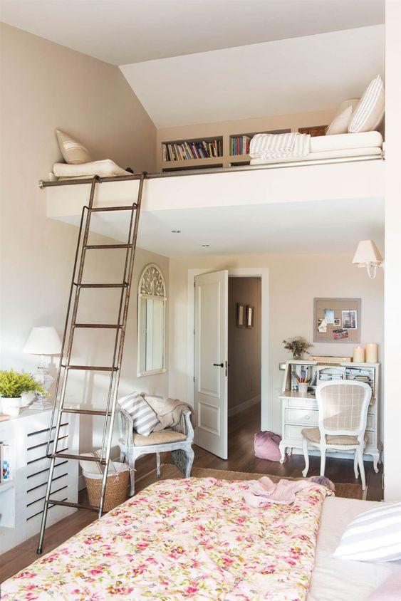 une chambre raffinée d'inspiration vintage avec un petit espace de travail et un espace mezzanine de lecture avec des étagères intégrées
