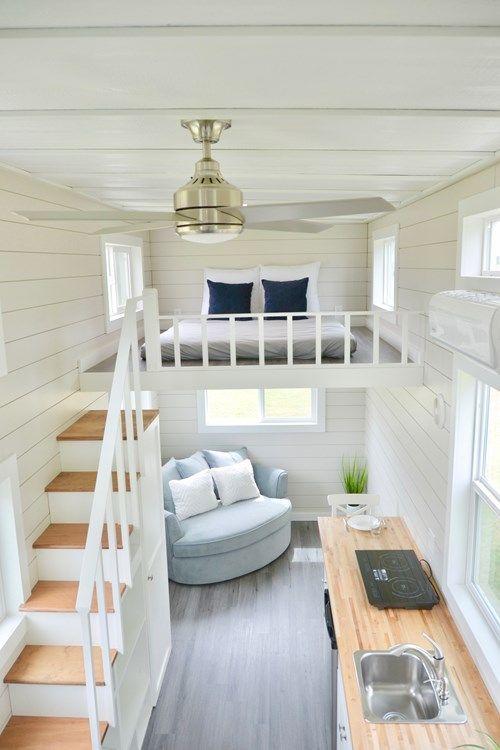 une petite maison neutre avec une touche vintage, une cuisine et un coin salon plus une chambre en mezzanine et un escalier de rangement